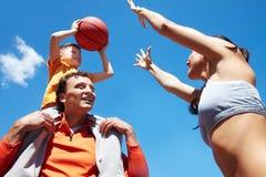 Jouer au basket-ball Photographie stock