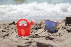 Jouer au bord de la mer Photographie stock libre de droits