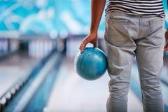 Jouer au bowling images libres de droits