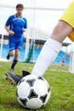 Jouer au football Photo libre de droits