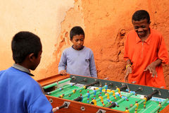Jouer au football de table Photos stock
