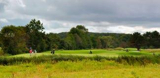 Jouer au golf Images stock