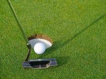 Jouer au golf Photos stock