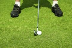 Jouer au golf. Photographie stock