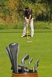 Jouer au golf Photographie stock