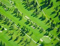 Jouer au golf aérien pendant la fin de l'après-midi Images stock