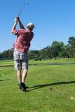 Jouer au golf d'homme Images libres de droits