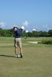 Jouer au golf d'homme Photographie stock