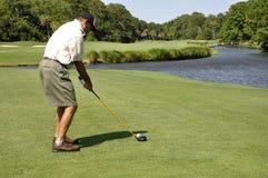 Jouer au golf d'homme photos stock