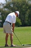 Jouer au golf d'homme Photographie stock libre de droits