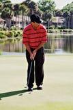 Jouer au golf d'homme Image libre de droits