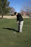 Jouer au golf d'homme aîné Images stock