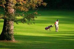 Jouer au golf dans la perfection d'été ...... Photos stock