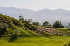 Jouer au golf dans les couches images stock