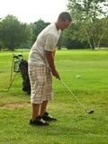 Jouer au golf dans soleil-versent Photographie stock libre de droits