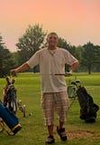 Jouer au golf dans soleil-versent Photo libre de droits