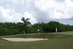 Jouer au golf de deux hommes Images stock