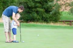 Jouer au golf de famille photographie stock