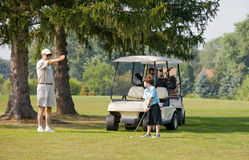 Jouer au golf de famille Photos stock