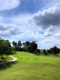 Jouer au golf de week-end photos stock