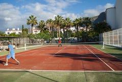 Jouer au tennis Photographie stock libre de droits