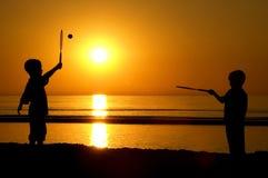 Jouer au tennis sur la plage Photographie stock