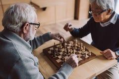 Jouer aux échecs Photos libres de droits