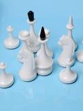 Jouer aux échecs Reine blanche et reste des chiffres sur un fond bleu Photos libres de droits