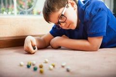 Jouer avec des marbres à la maison Photographie stock