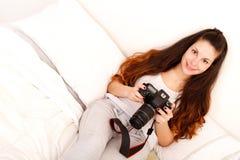 Jouer avec l'appareil-photo dans le lit Photographie stock
