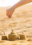 Jouer avec le sable sur la plage Image libre de droits