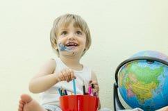 Jouer avec les crayons colorés Images stock