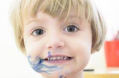 Jouer avec les crayons colorés Photos libres de droits
