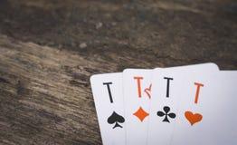 Jouer carde quatre as sur la table en bois Photo stock