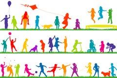 Jouer coloré de silhouettes d'enfants extérieur illustration de vecteur