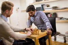 Jouer d'échecs photos stock