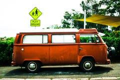 Jouer d'autobus de scarabée images stock
