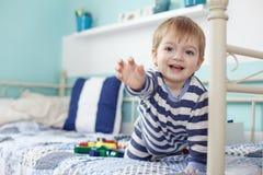 Jouer d'enfant en bas âge Photos stock
