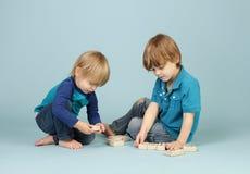 Jouer d'enfants images stock