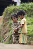 Jouer d'enfants de minorité ethnique Images libres de droits
