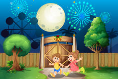 Jouer d'enfants extérieur au milieu de la nuit Image stock