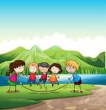 Jouer d'enfants extérieur près de la rivière Photo libre de droits