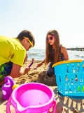 Jouer d'enfants extérieur sur la plage Photo libre de droits