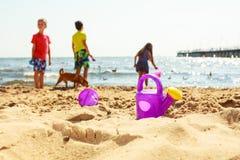 Jouer d'enfants extérieur sur la plage Photos libres de droits