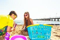 Jouer d'enfants extérieur sur la plage Photo stock