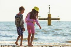Jouer d'enfants extérieur sur la plage Images stock