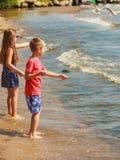 Jouer d'enfants extérieur sur la plage Image stock