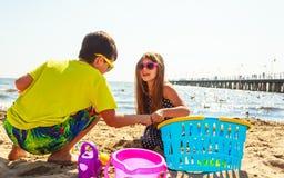 Jouer d'enfants extérieur sur la plage Images libres de droits