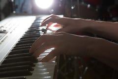 Jouer d'instrument de musique de piano de musicien de pianiste Image libre de droits