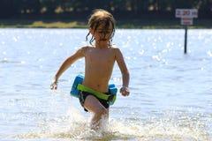 Jouer dans l'eau Images libres de droits